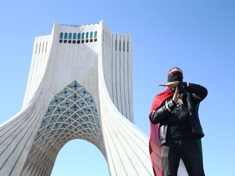 Иран празднует и грозит США. Что за торжество, и что вообще творится в стране?