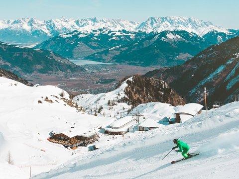 Во Франции на горнолыжном курорте закончился снег. Пришлось завозить вертолётами