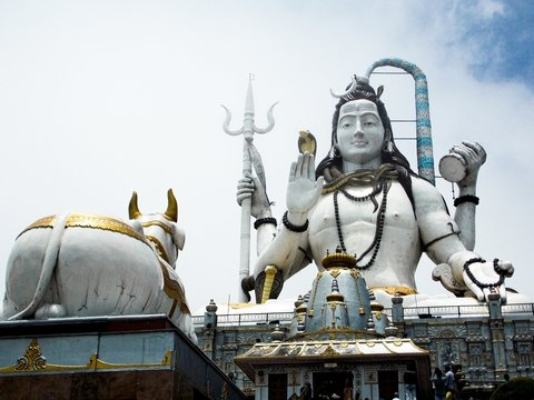 Поехали с богом: в индийском поезде выделили спальное место для Шивы