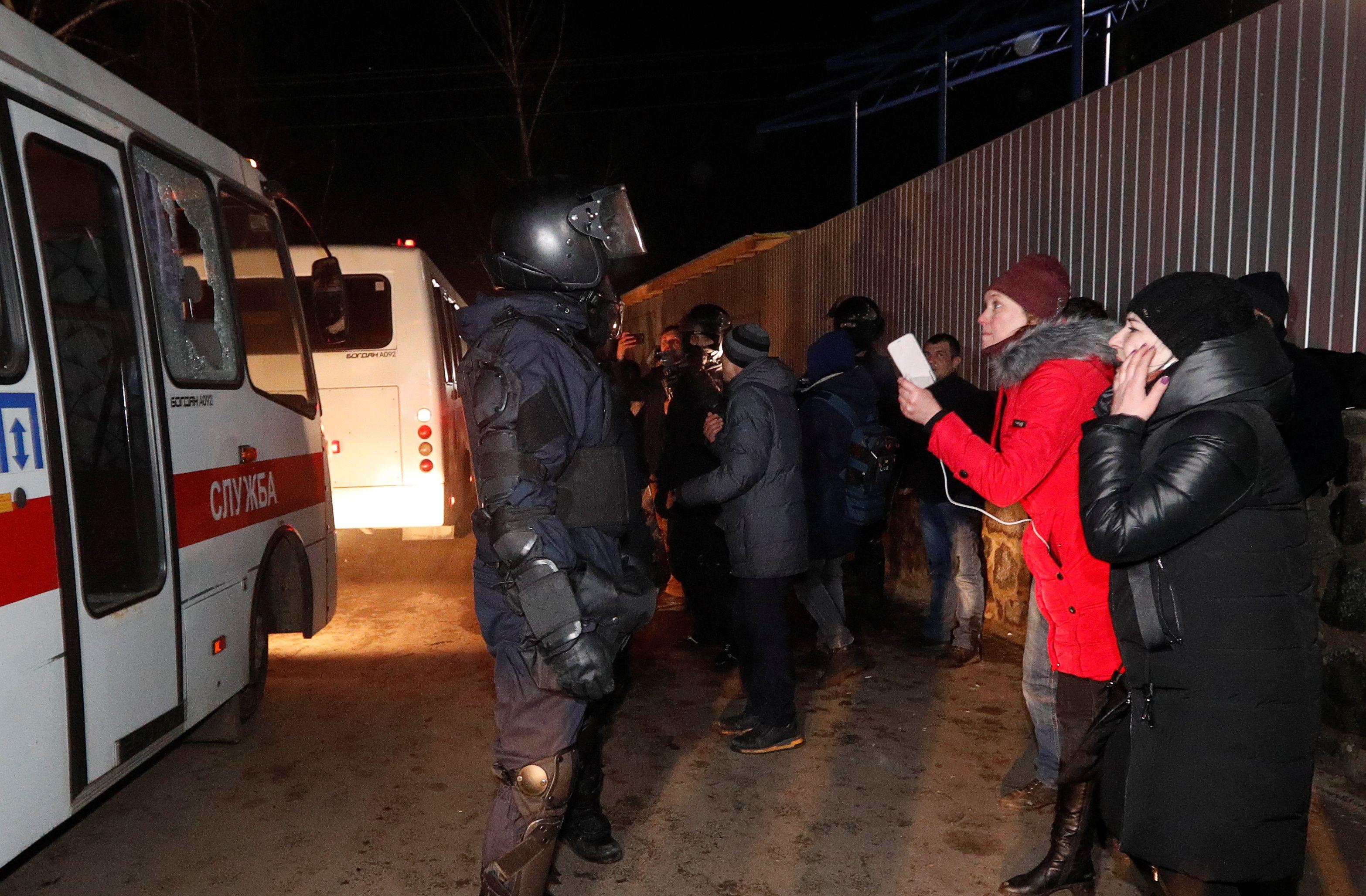 Люди перекрыли въезд в санаторий, где собирались разместить эвакуированных
