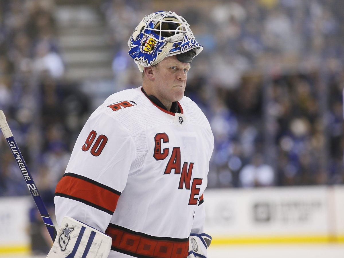 Заливщик льда занял место вратаря и помог выиграть матч НХЛ