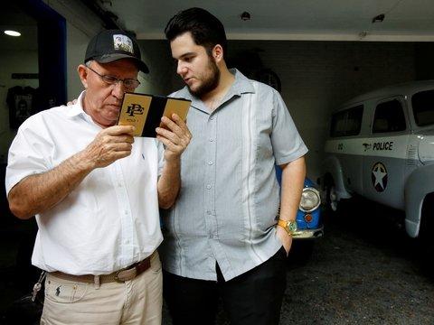 Смартфон от брата Пабло Эскобара — Galaxy Fold в золотистой пленке