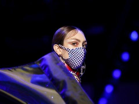 Защищаться от COVID-19 красиво: подборка модных масок