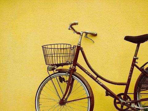 В Австралии карантинным сидельцам книги возят на велосипеде