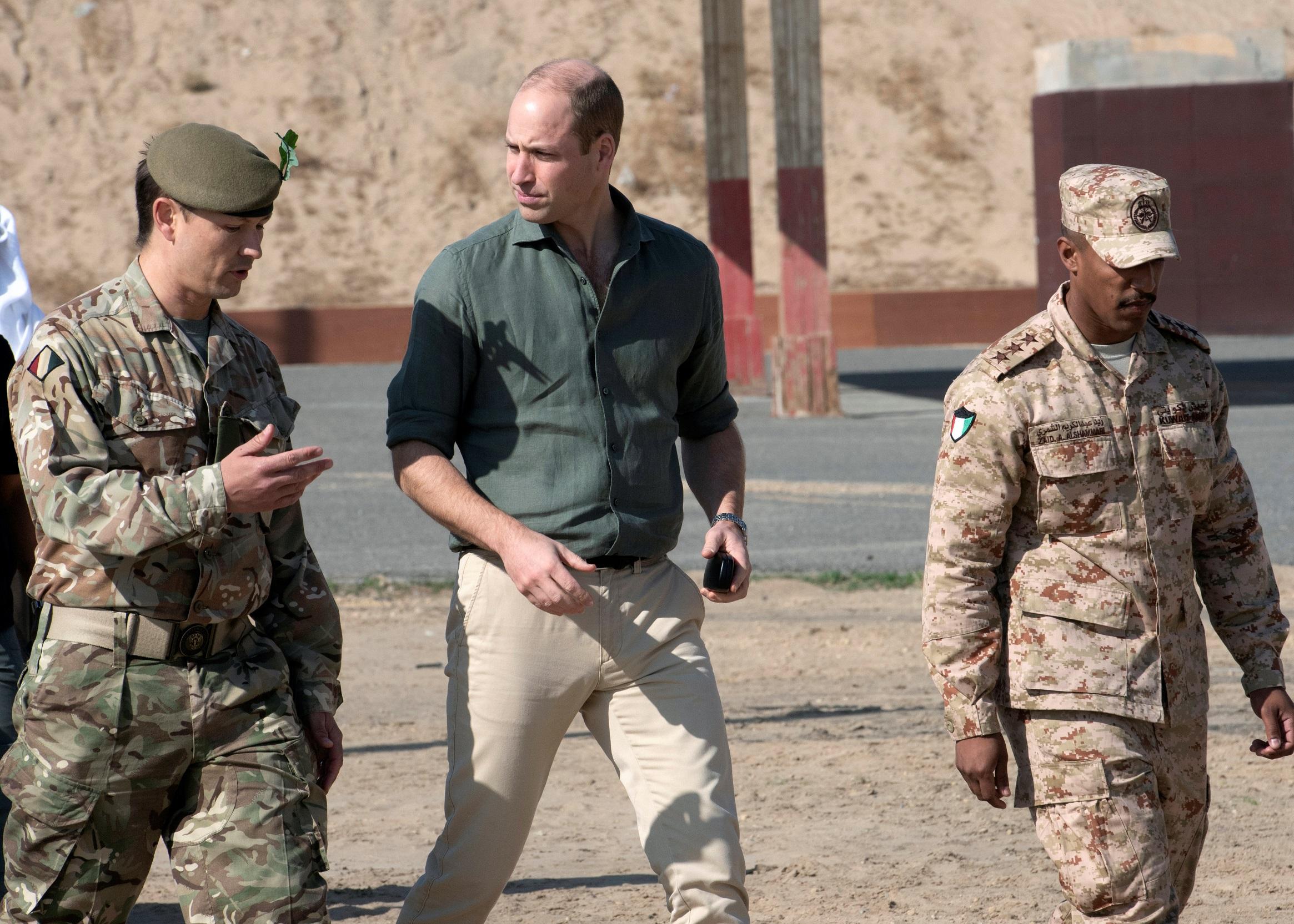 Принц Уильям осматривает британские войска в Кувейте