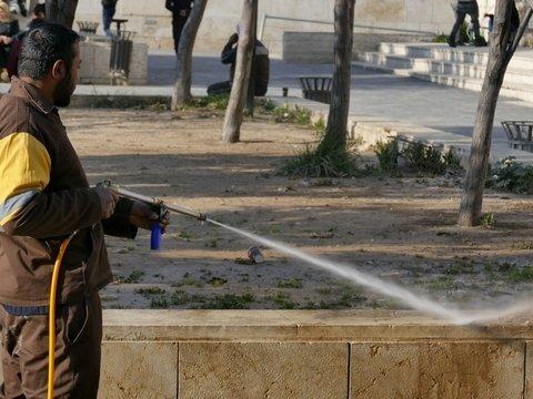 В Париже по трубам текла вода с COVID-19. Её использовали для мытья улиц
