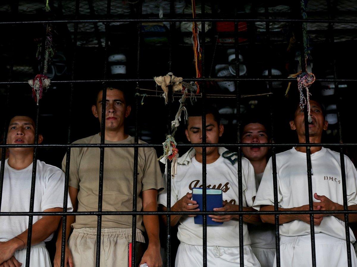 В тюрьмах Сальвадора людей заперли в камерах без окон и дверей