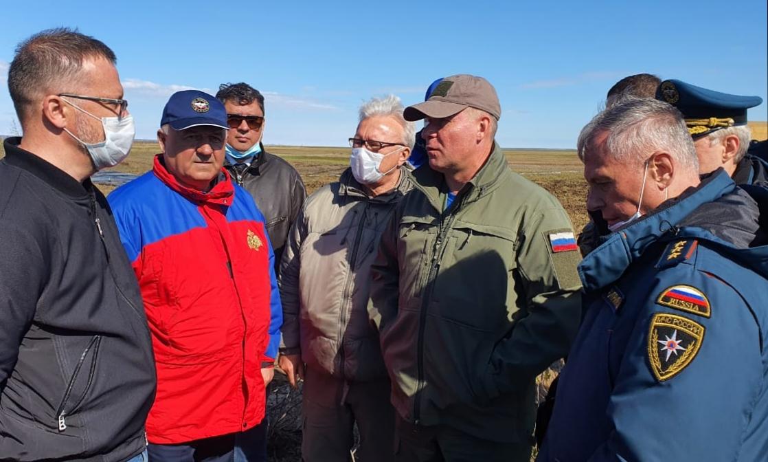 Евгений Зиничев (в центре) решает, как убирать топливо