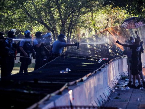Слезоточивый газ и перцовые баллончики разгоняют протесты и усугубляют пандемию