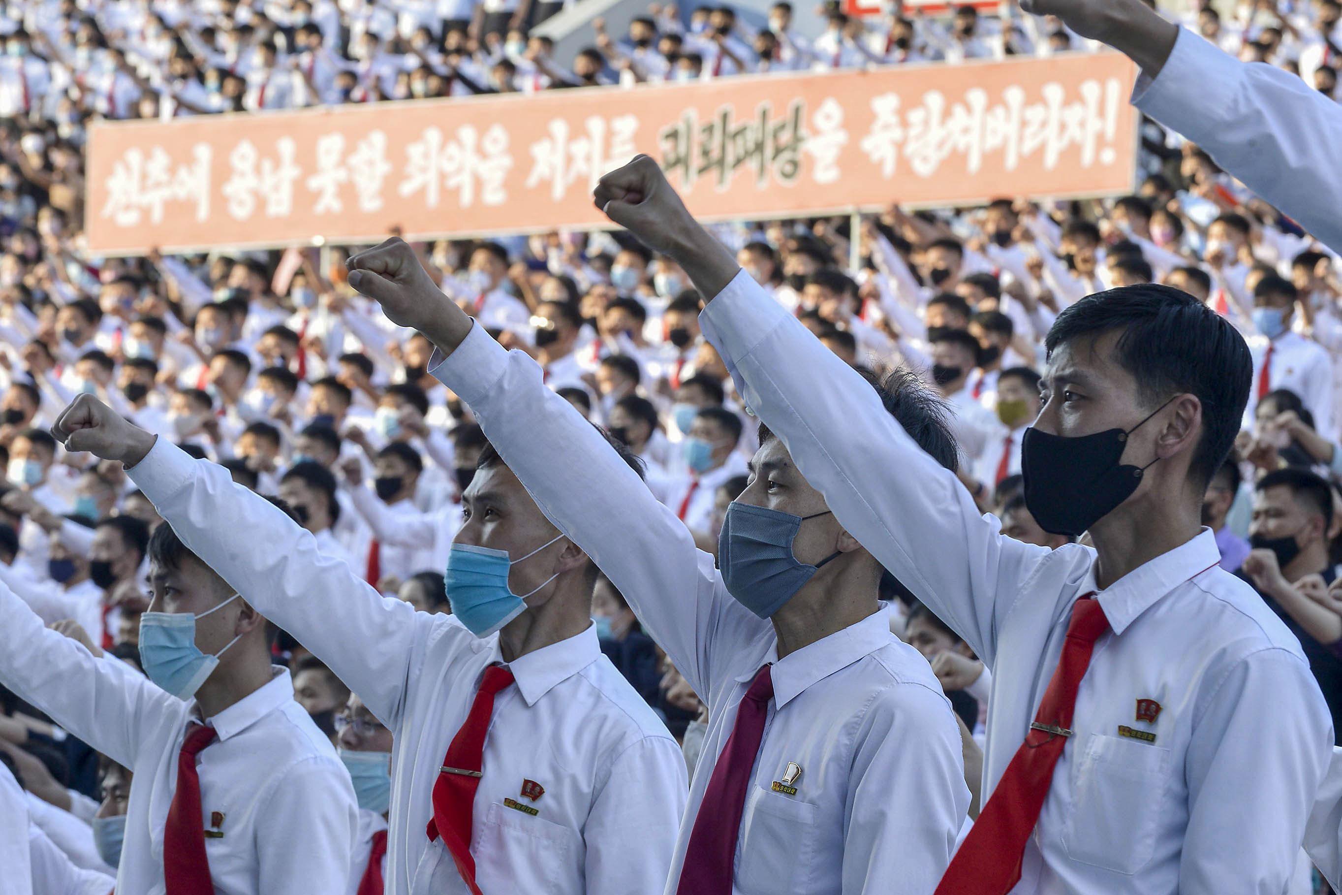 Северокорейская молодёжь против оскорбительных шаров