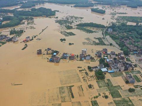 Наводнение в Южном Китае: десятки погибших, сотни тысяч пострадавших (видео)