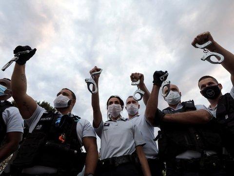 Во Франции борьба с расизмом задела чувства полицейских. Они пошли протестовать