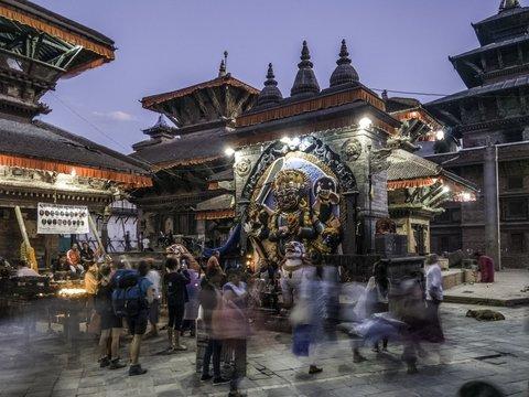 В Индии COVID-19 превратили в божество: вирусу молятся и приносят подношения
