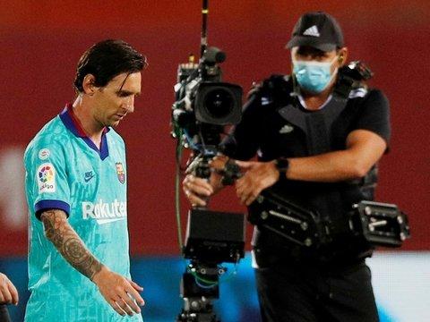 На матче без зрителей фанат прорвался на поле ради селфи с Месси. Всё зря (фото)