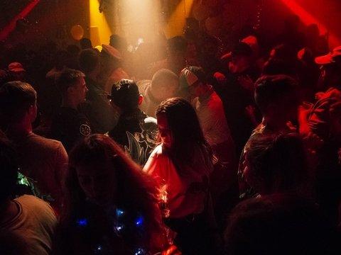 Никаких танцев с незнакомцами: в Каталонии запретили танцевать с кем попало