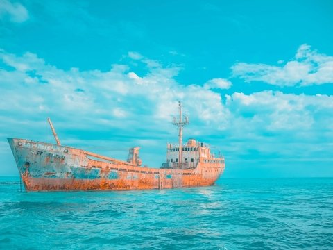 В Красном море гниёт танкер с тоннами нефти. Он может взорваться в любой момент