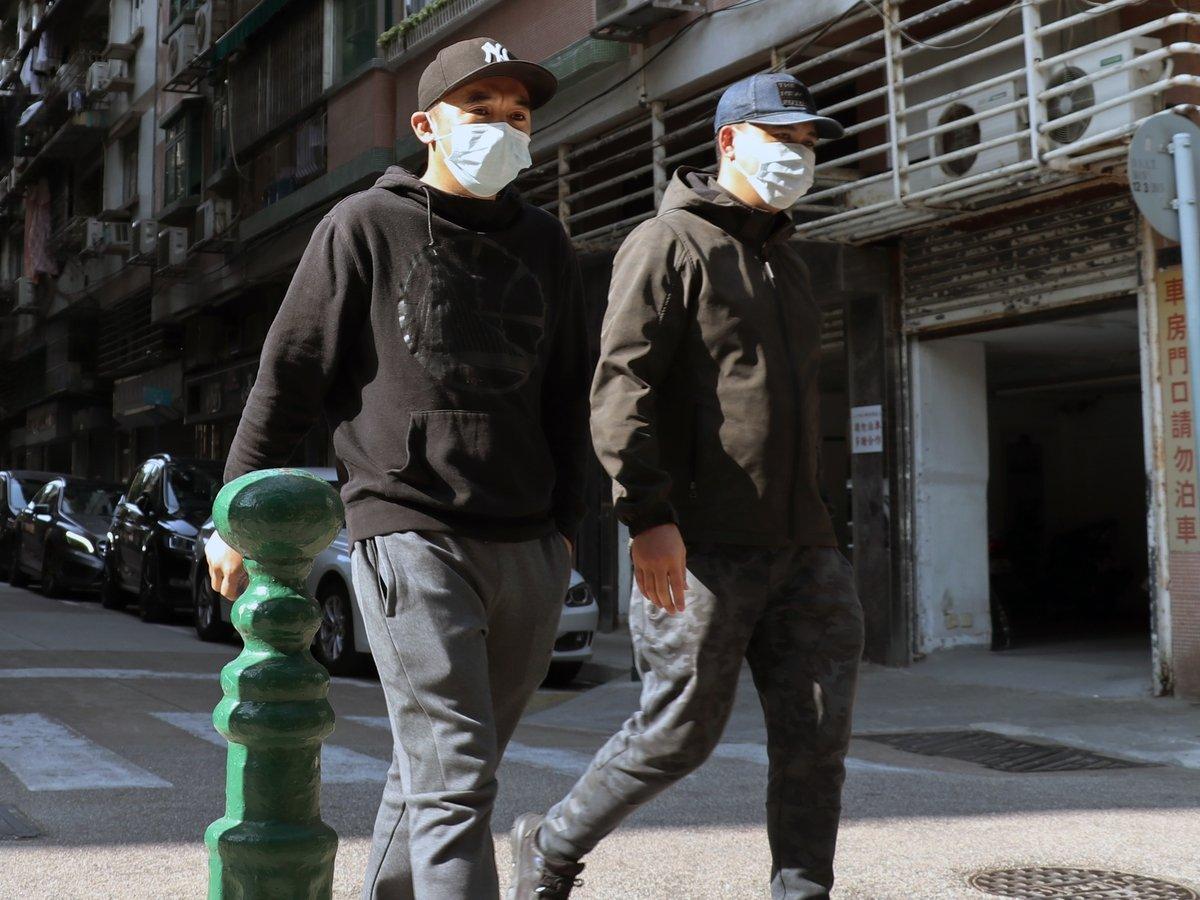 Почему мужчины отказываются носить маски: из-за маскулинности или политики?