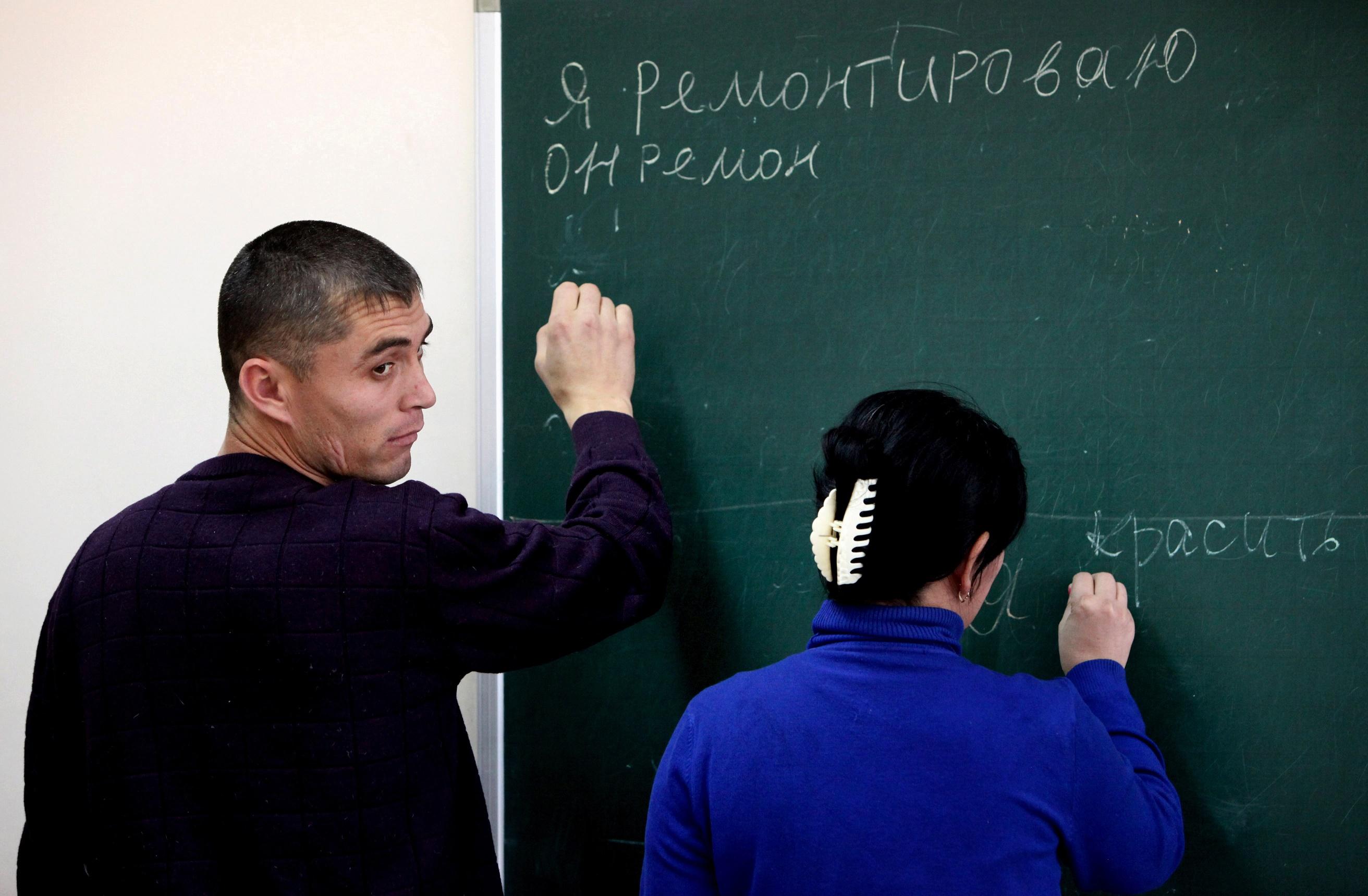 Учащиеся на занятиях по русскому языку для мигрантов