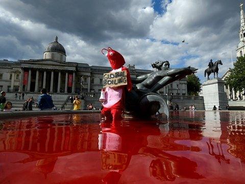 Защитники животных превратили фонтаны в Лондоне в море крови (фото, видео)