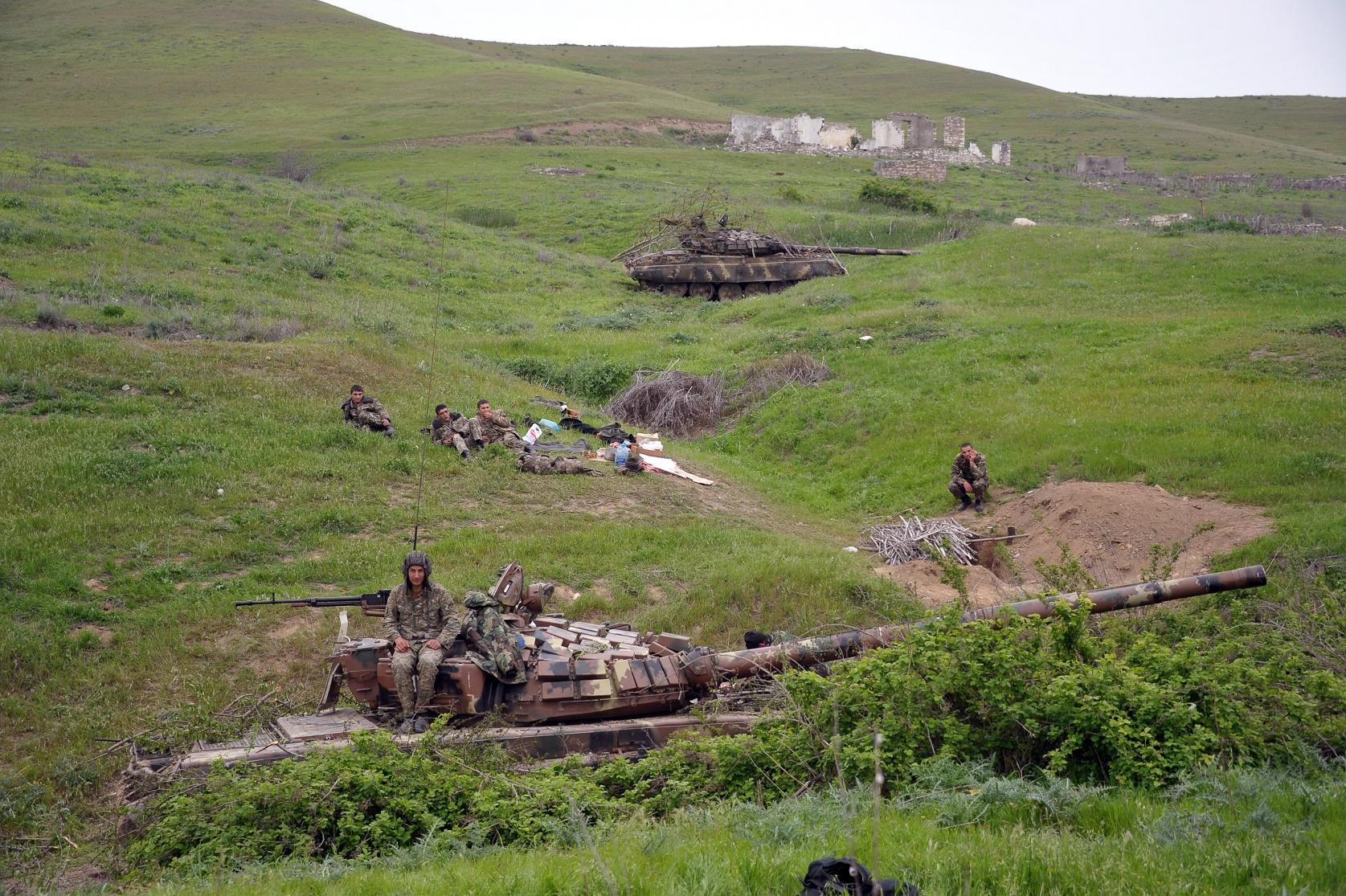 Танк Т-64 армии обороны Нагорного Карабаха на первой линии обороны