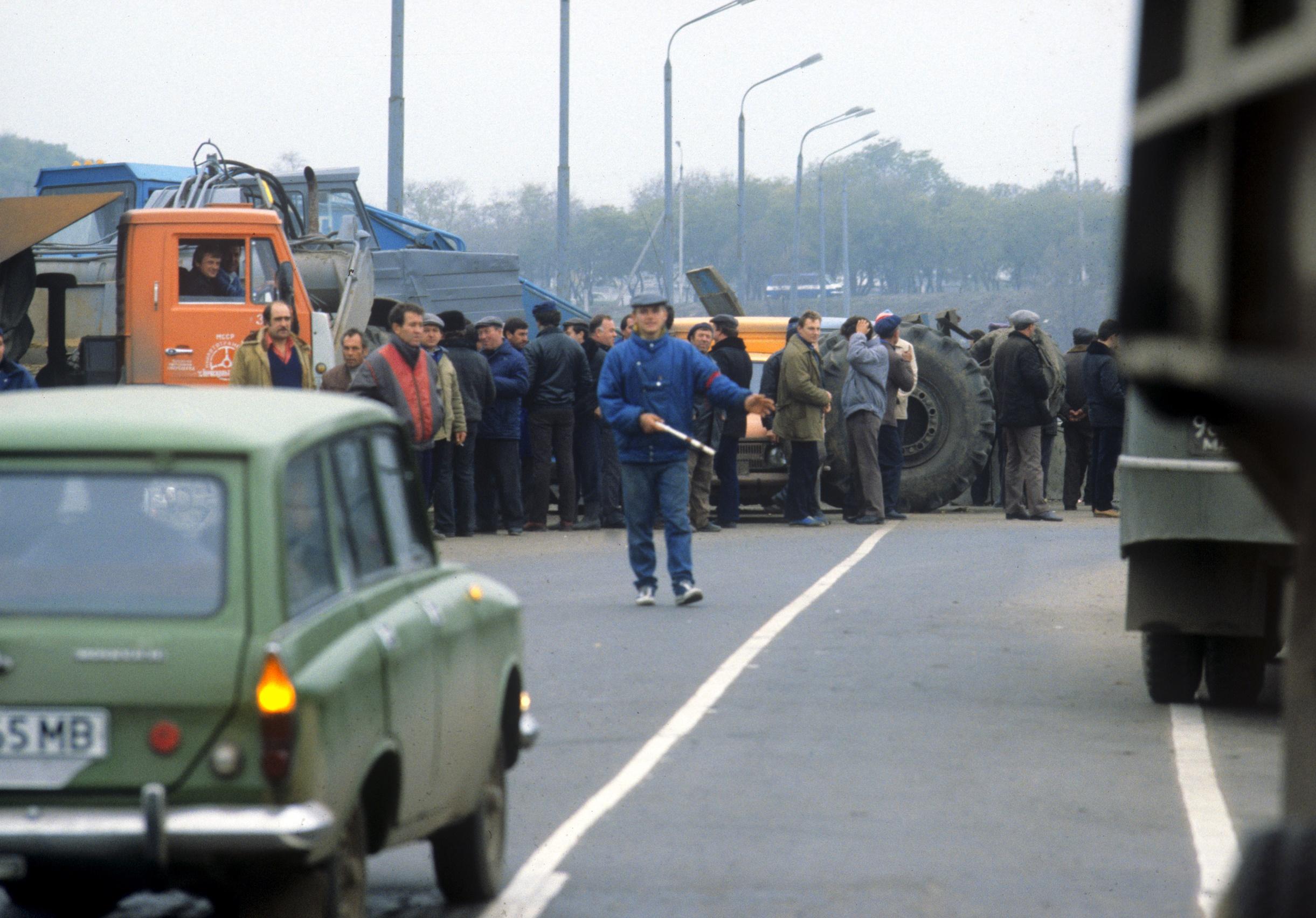 Мост в Дубоссарах, перекрытый жителями