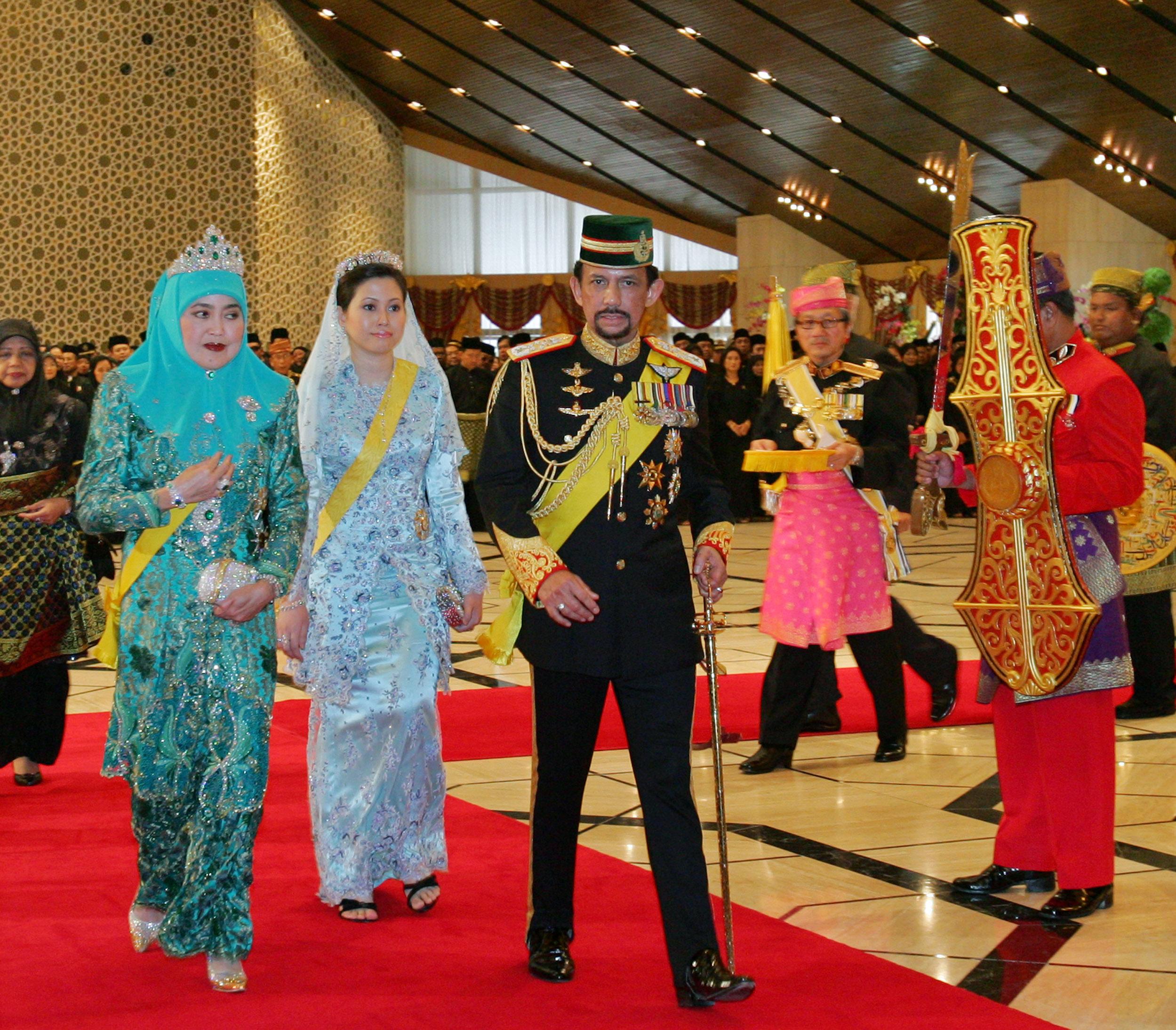 Султан Брунея Хассанал Болкиах с двумя своими женами/Reuters