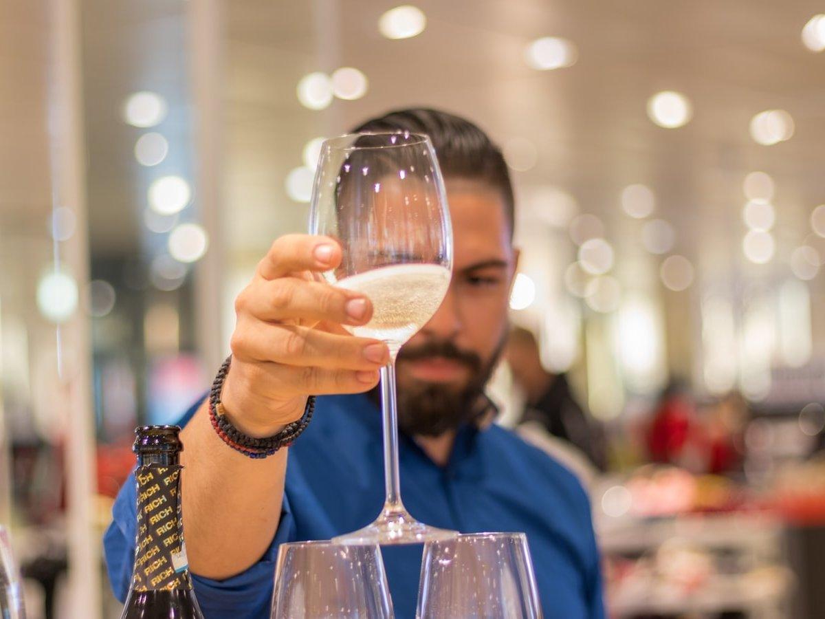 Все так приуныли из-за коронавируса, что мировые продажи шампанского резко упали