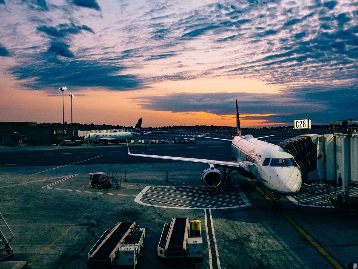 В Тайване соскучившихся по путешествиям граждан катают на самолётах