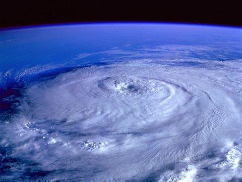 2020 не унимается: теперь безопасности людей угрожают зомби-ураганы