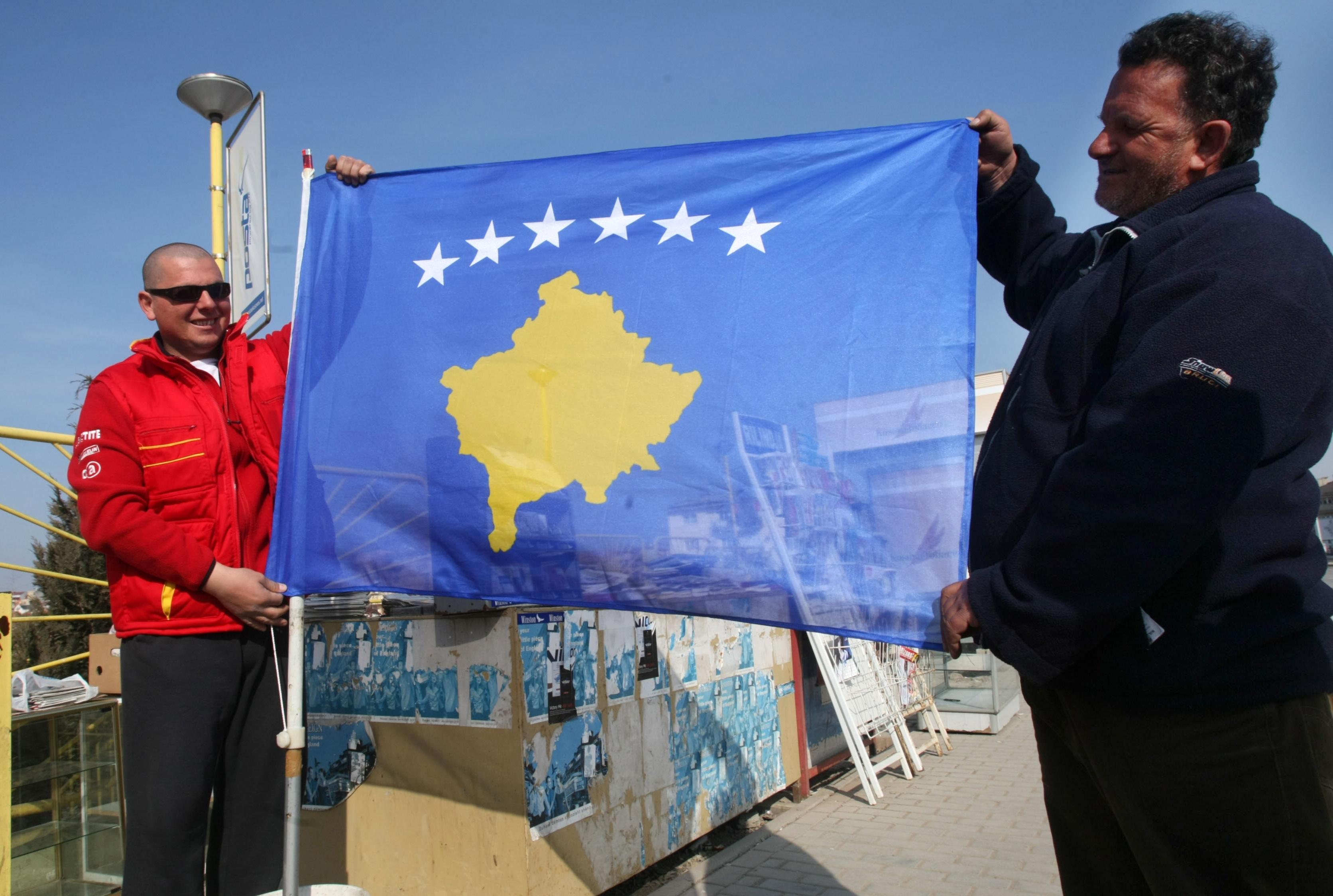 Жители Приштины с флагом свободной республики Косово