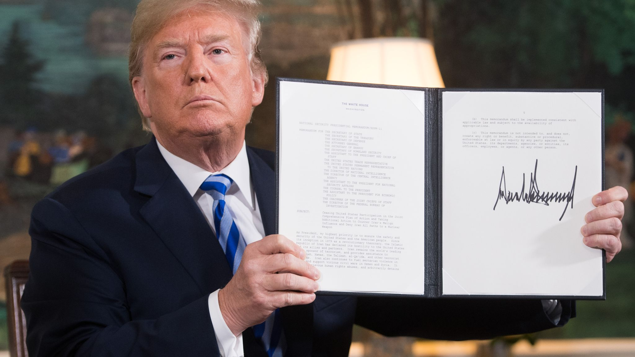 Трамп подписывает документ о возобновлении санкций
