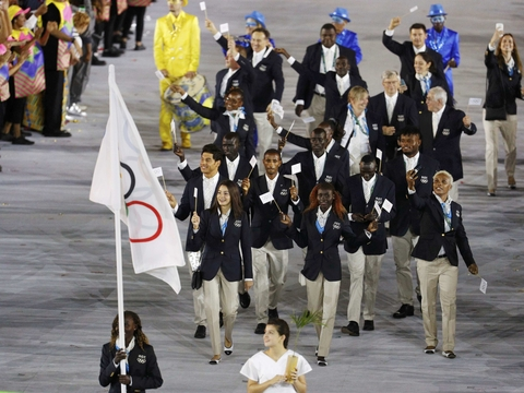 На Олимпиаде выступает команда с выдуманным флагом и гимном — сборная беженцев